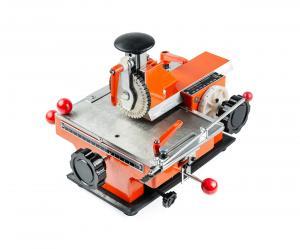 Výrobek: Poloautomatický razící stroj ZX-360 typových štítků
